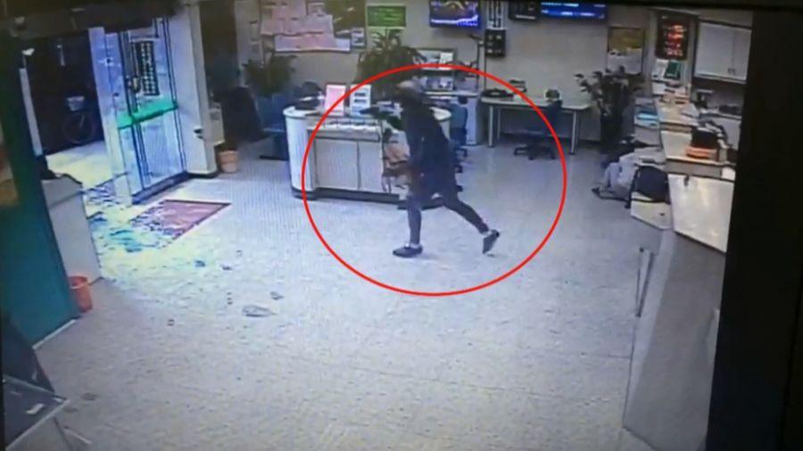 【影片】行搶畫面曝光!「樹哥」1分鐘內射殺行員 還朝附近住戶開槍