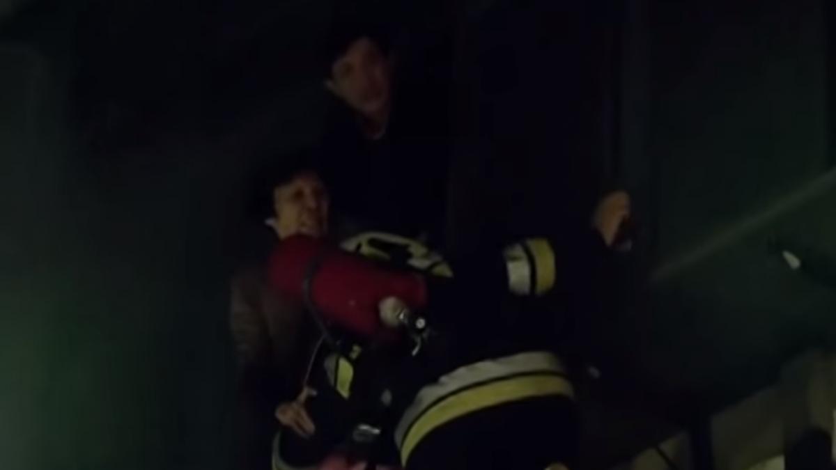 疑變電箱突爆炸起火!消防隊掛鐵梯救出8名受困民眾