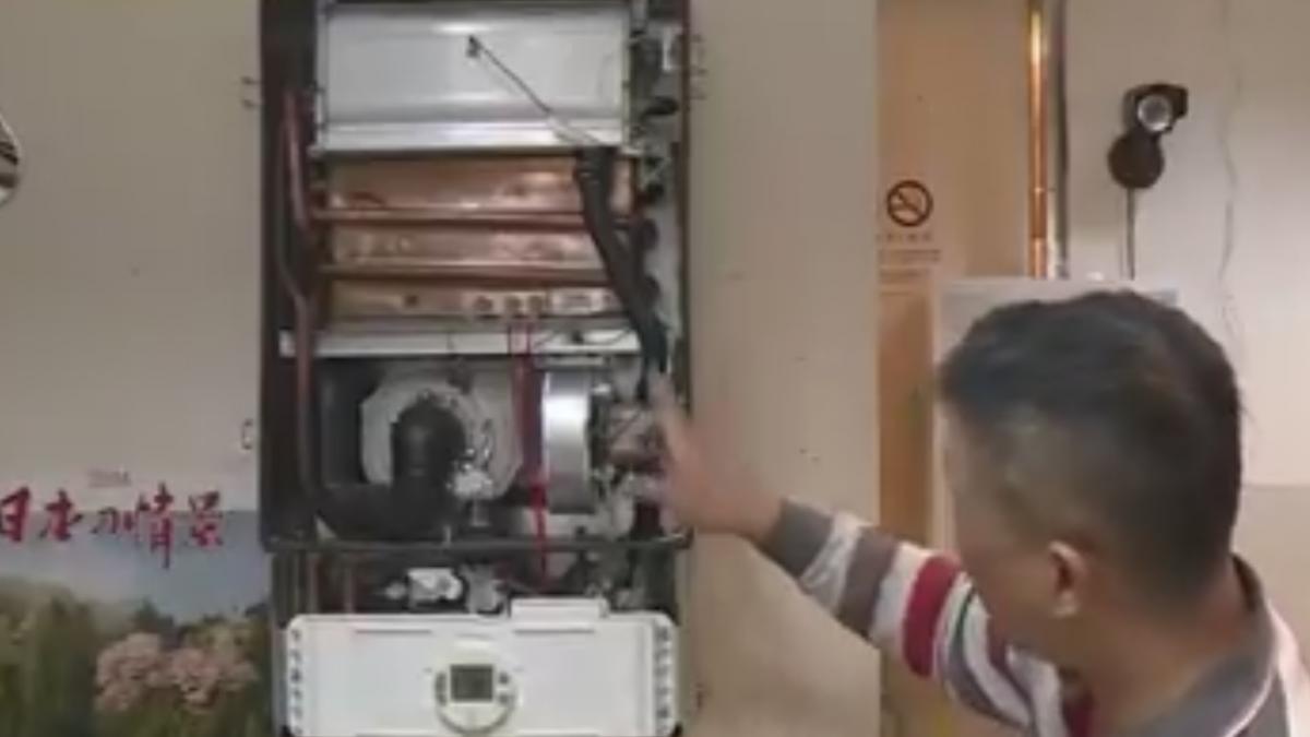 電熱水器太久沒清 挖出陳年水垢超像「雞排」