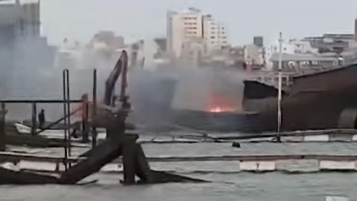 拆解報廢船失火 怪手舀海水滅火