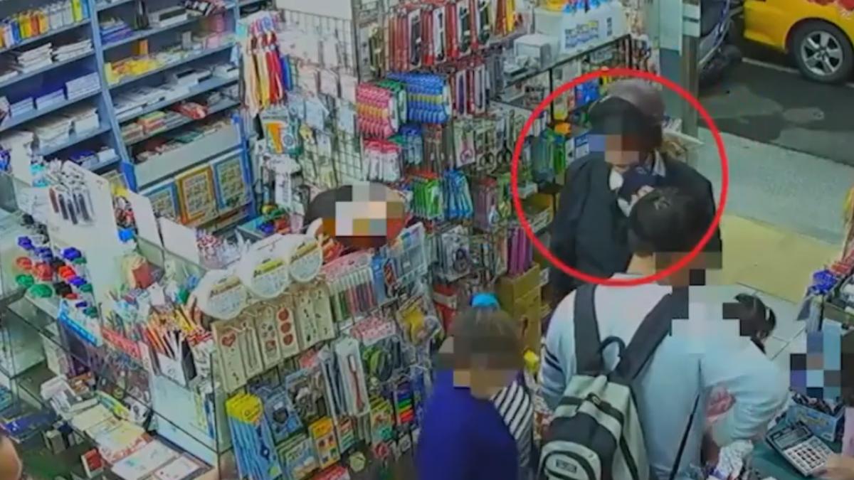 婦帶孩子逛書店遭尾隨 男假講電話偷拍裙下