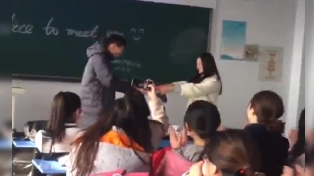36名女同學獻吻甜喊「永遠是我們的男孩」!文科男感動到頭皮發麻