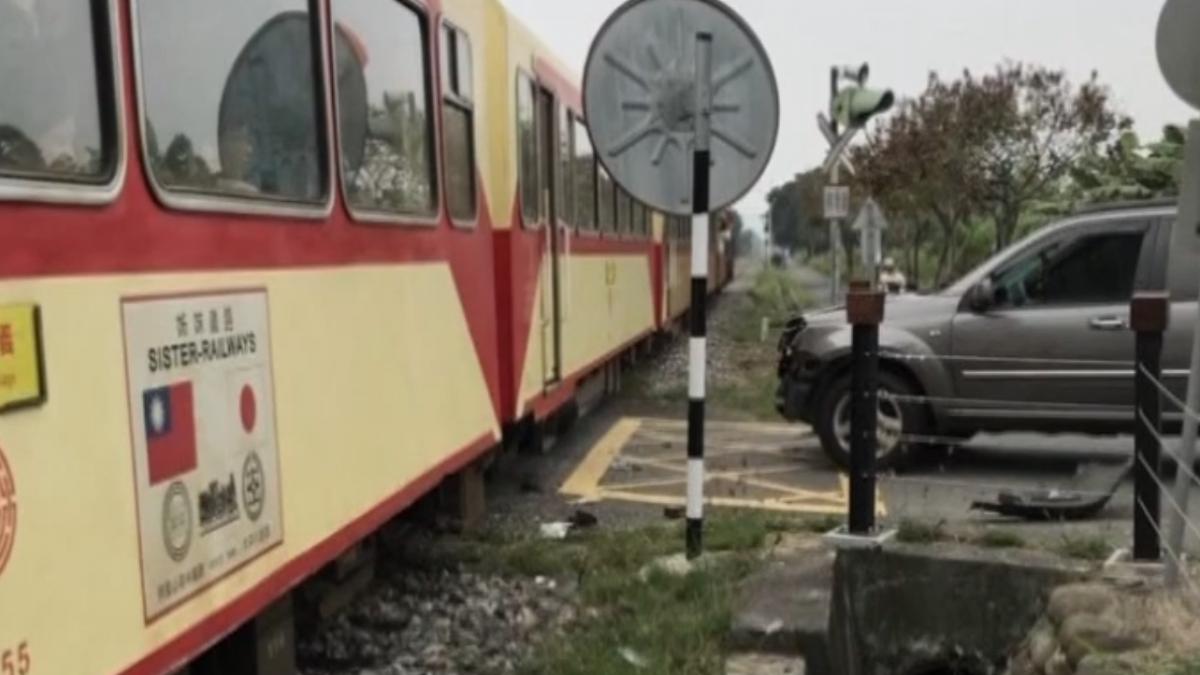 阿里山森林火車、汽車擦撞 車廂傷痕累累