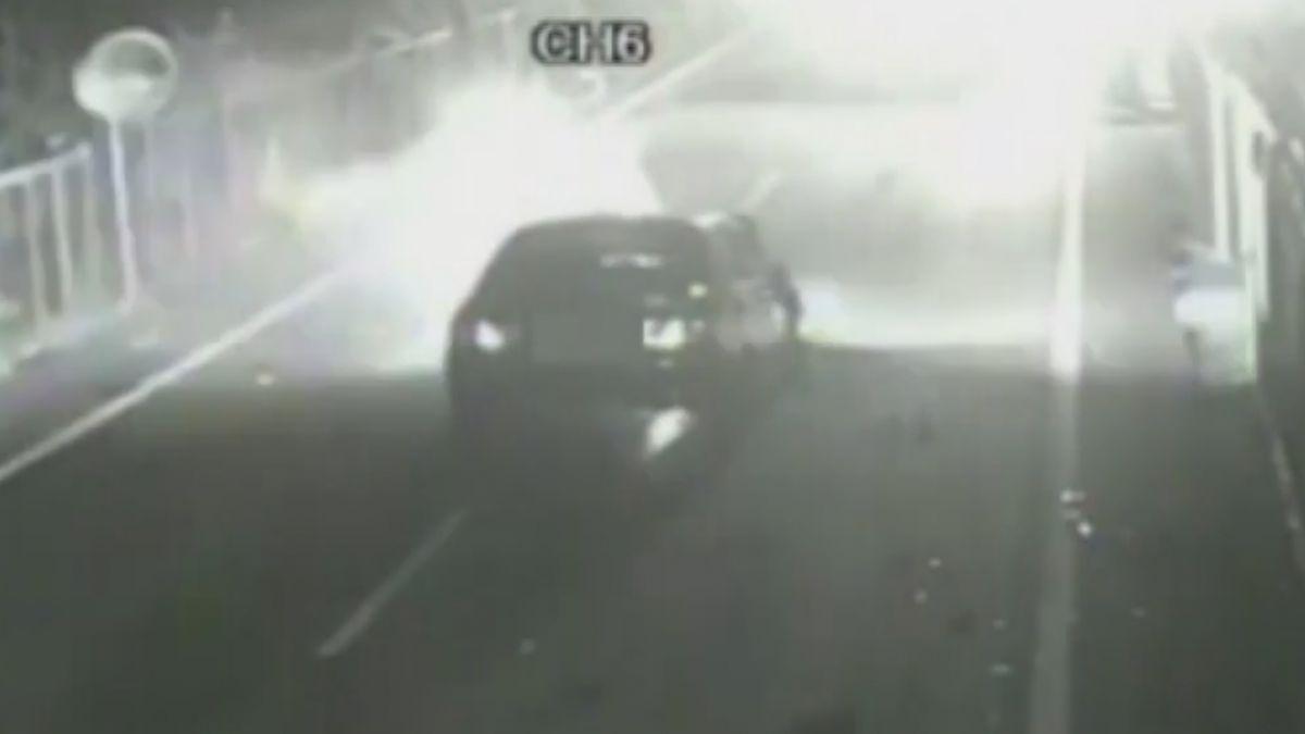 酒駕撞上大貨車 自小客火燒車醉漢及時逃