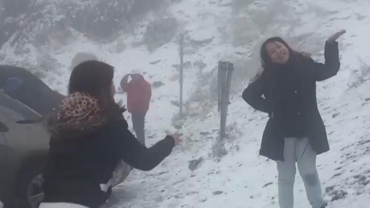 合歡山雪霰夾雜 追雪族熱情堆雪人