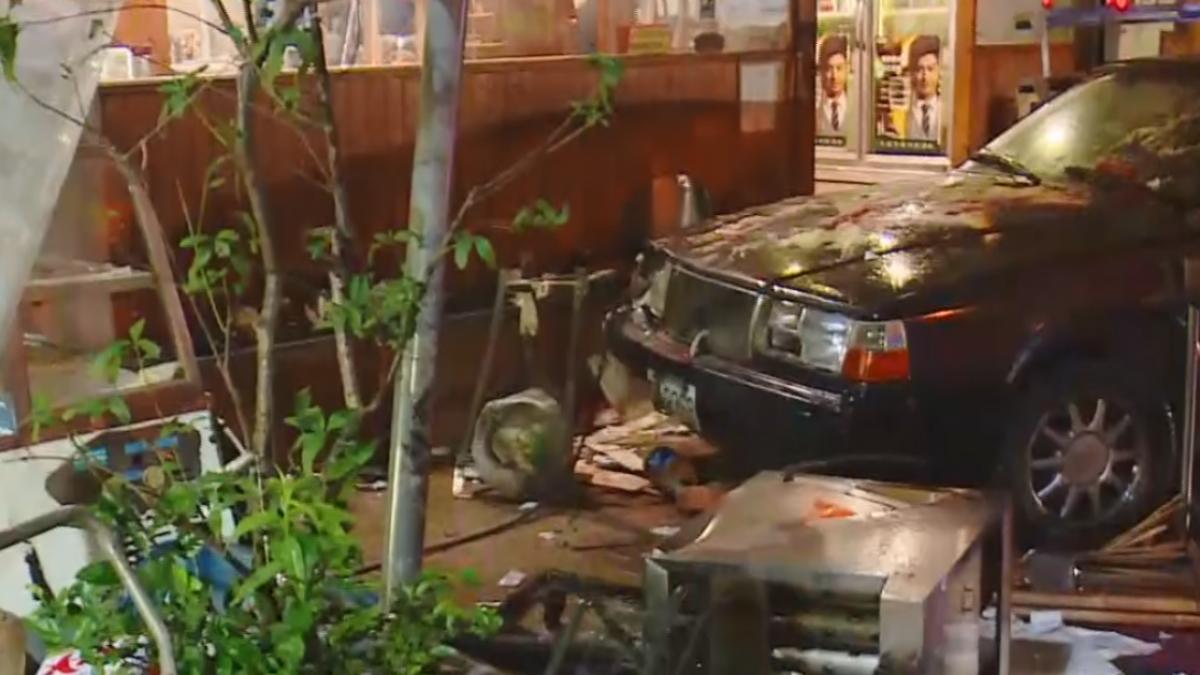 「砰」! 轎車撞進小吃店 6人遭熱水、油燙傷