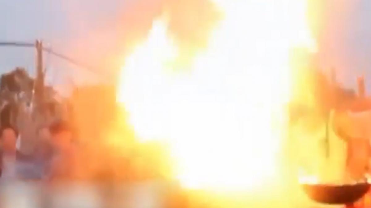 小吃攤獨創「噴火爆炸蝦」 火焰噴3米饕客驚