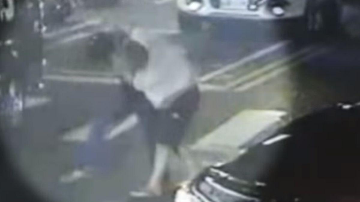 酒駕闖紅燈險撞 竟持安全帽毆人路中扭打
