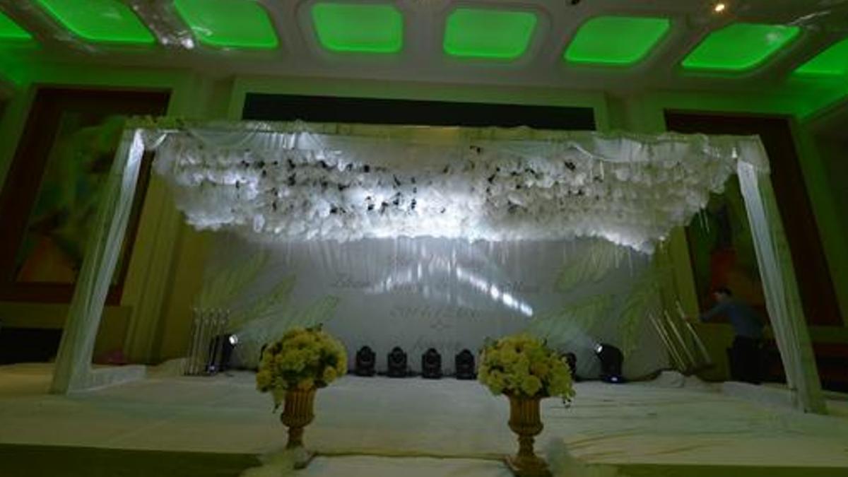 【影片】花16萬布置婚禮!現場滿滿白布加綠光…新娘氣炸:根本是靈堂