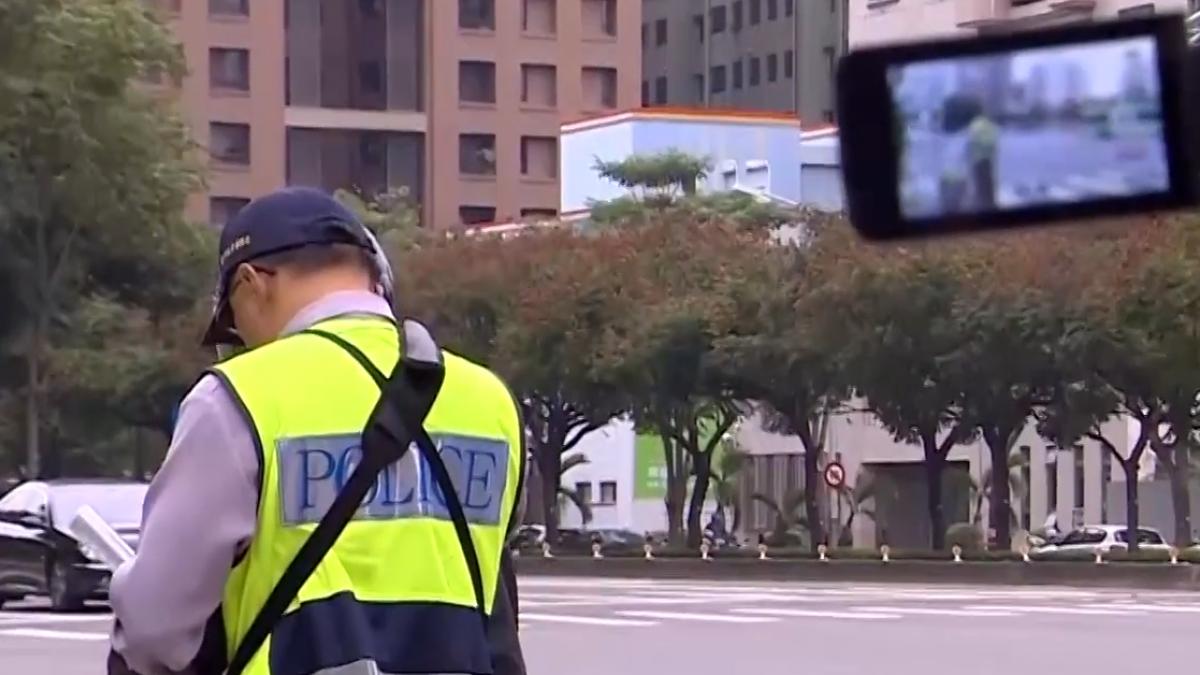 警衝馬路中央攔違規 駕駛驚呼:嚇死人了