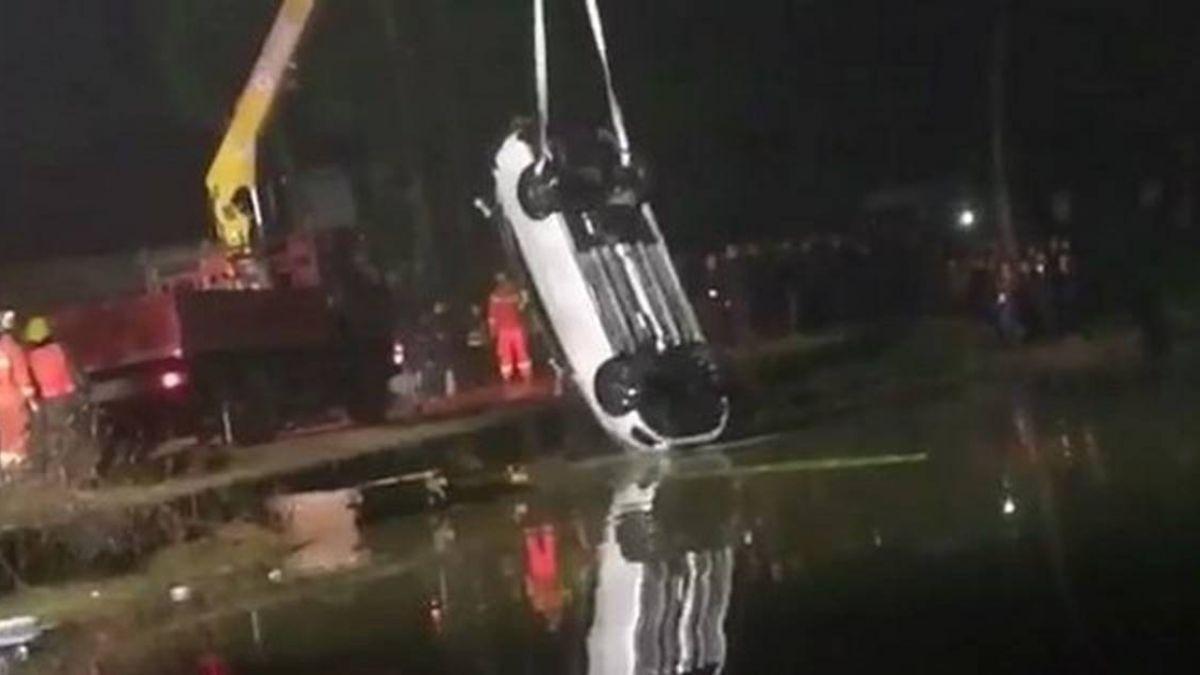 慶祝買新車…鞭炮還沒放完就墜池!車上5人全死只有她獨活