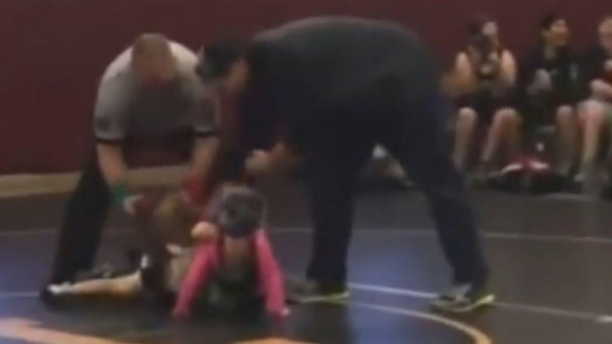 以為真打! 小男童中斷摔角比賽奔上場護姊