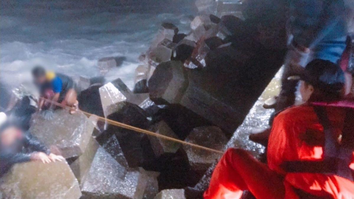 漁船無動力遭浪襲觸礁 援救受困8漁工