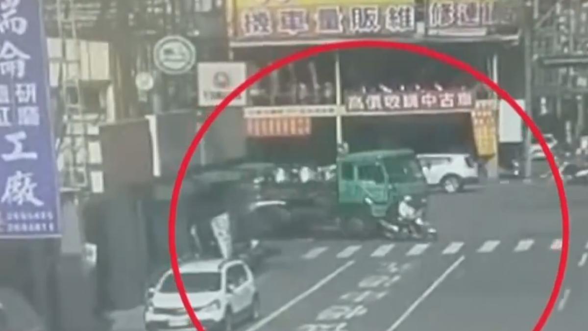 機車雙載遭同行轉彎車撞倒 兩老翁命大