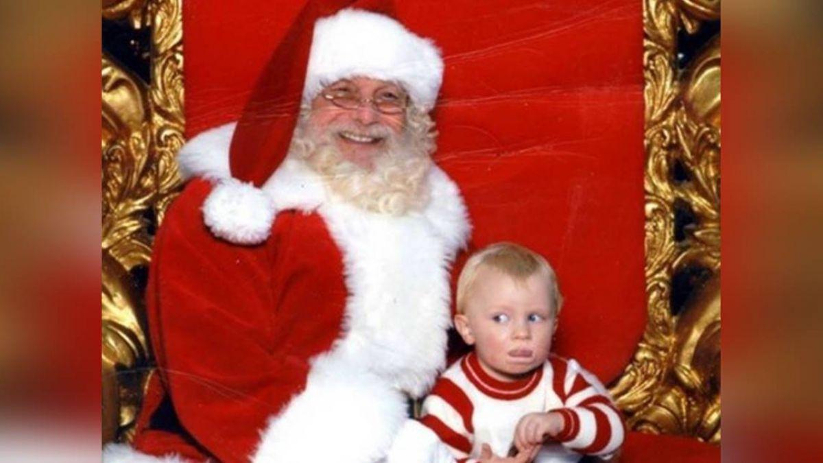 和聖誕老人合照…1歲兒比手語「救命阿」媽笑翻!網揭真相