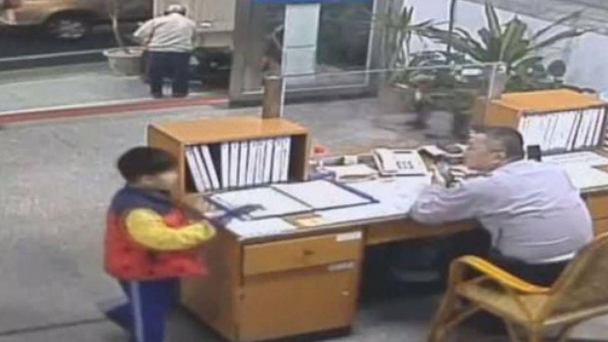 「老師有教!」小一男童撿到16萬現金 急衝派出所報案