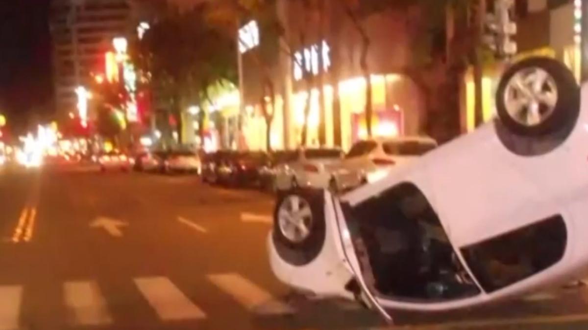 靠太近!直行車撞左轉車翻覆 母抱女脫困爬出