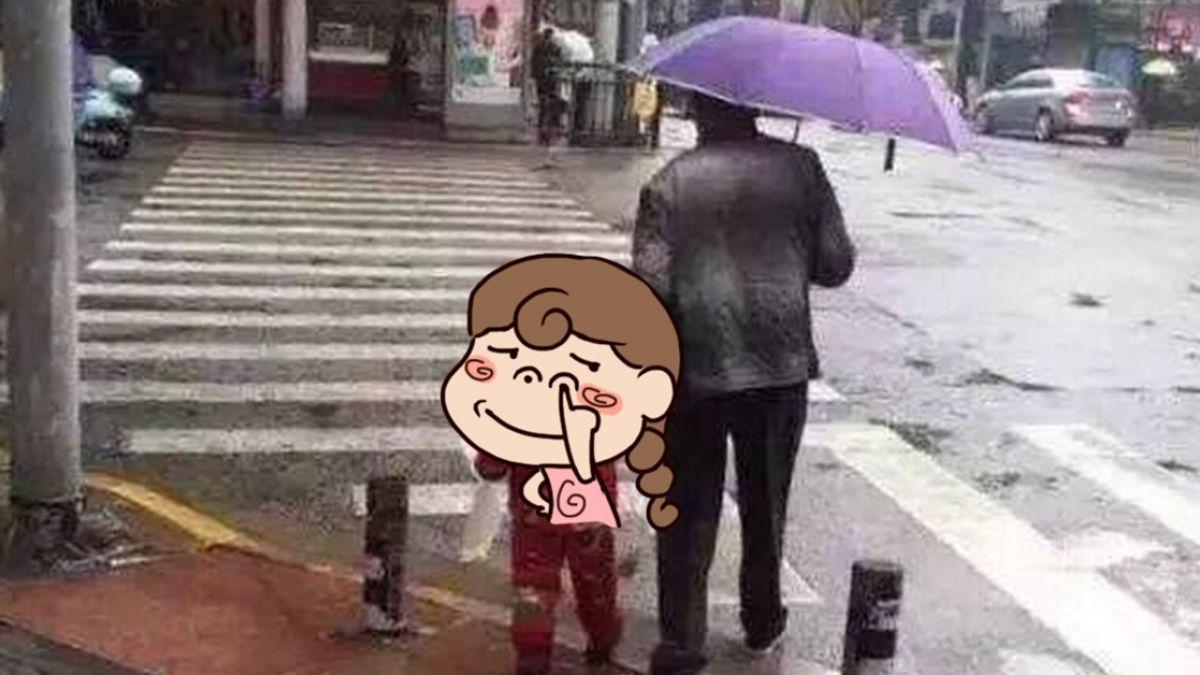撐傘見親情!阿嬤忘我牽孫…網卻虧:不是親生的