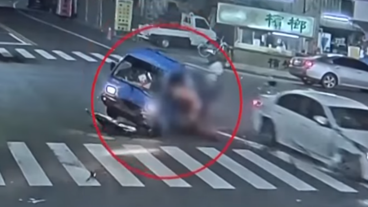 悚!小貨車撞翻 70歲駕駛拋飛車壓命危