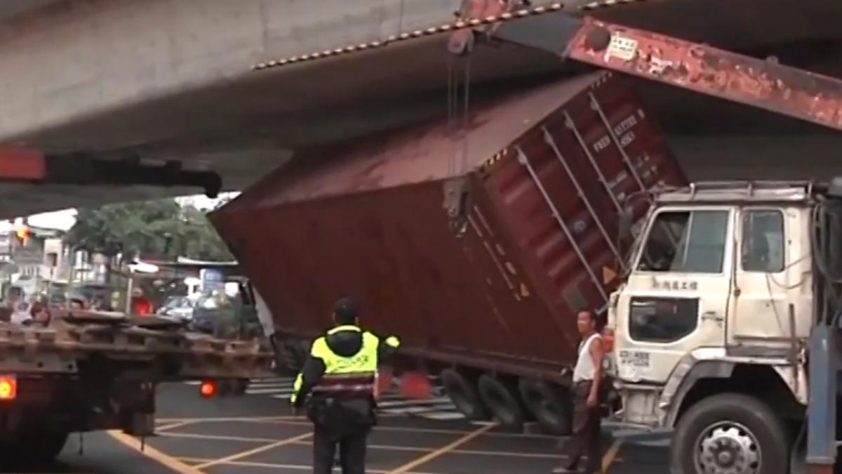大貨櫃車卡橋底 車身傾斜嚇壞路人