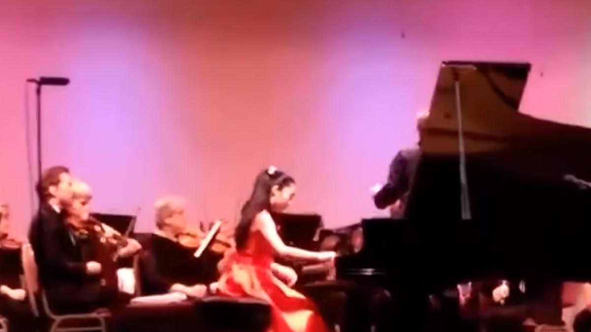 美少女鋼琴家罹紫斑症 血染琴鍵咬牙苦練