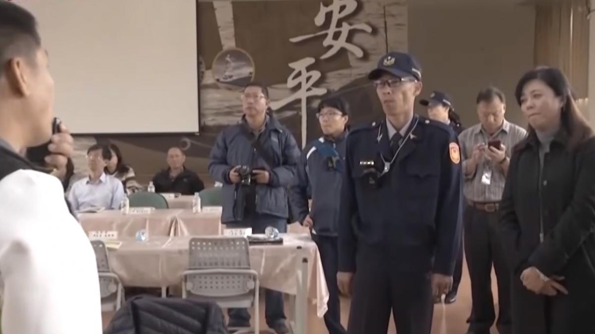 不滿南市府里鄰整編 安平區里長翻桌抗議