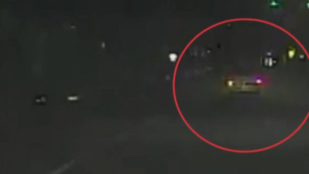 嫌偷車被攔竟開車撞警 兩警車遭撞車頭毀