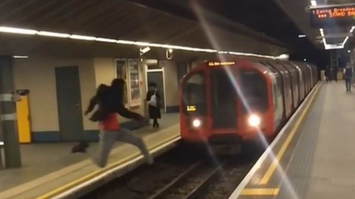【影片】列車疾速駛來 男月台縱身一躍!玩命瞬間曝光