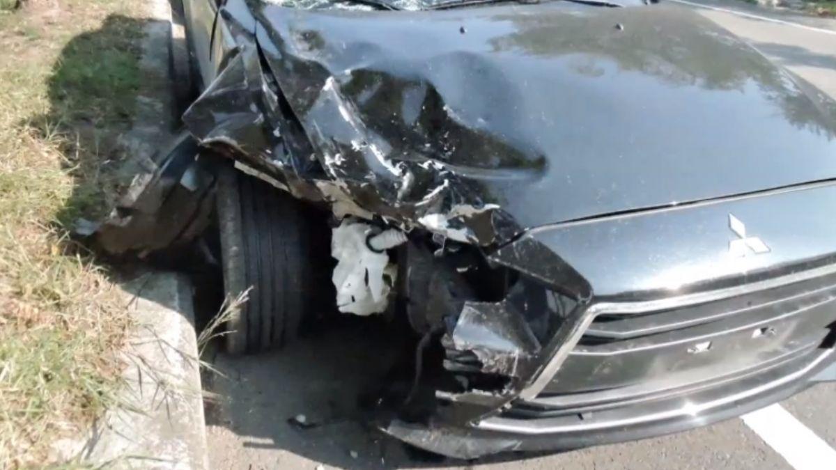 轎車疑爆胎撞對向機車 軍人騎士昏迷命危