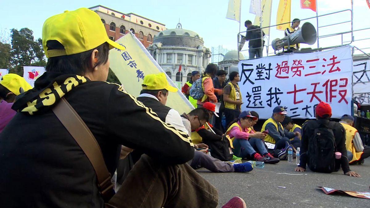諷「過勞吐血」衝政院 勞團:警察退出隊伍!