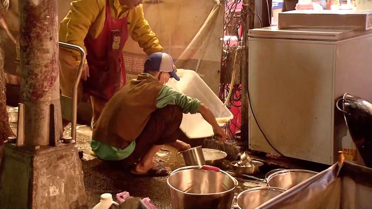 瑞豐夜市熱鬧後一片髒亂 人行道成清洗廚房