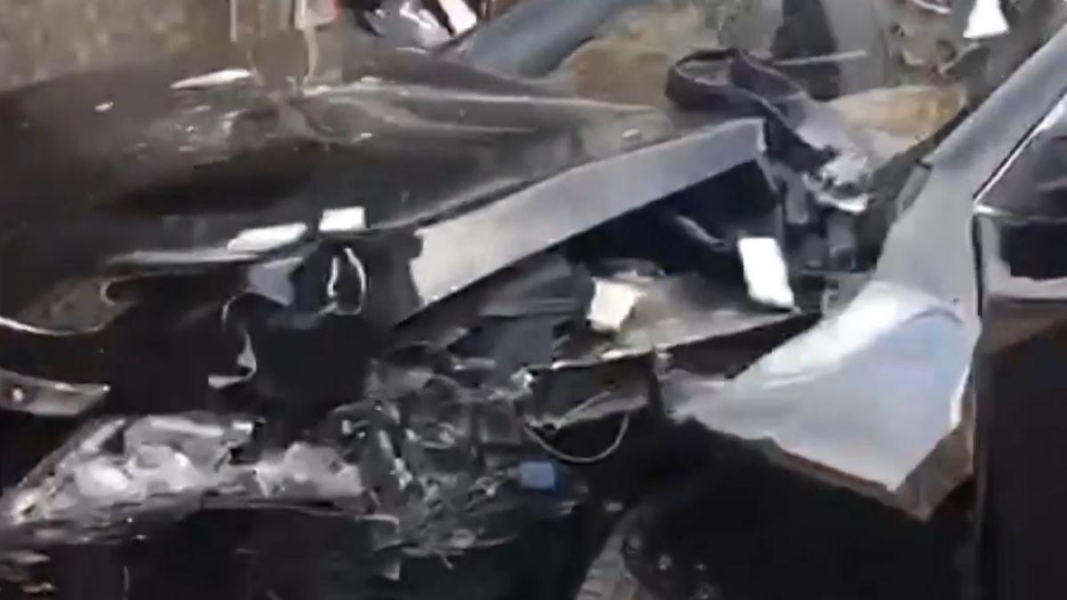 失控衝撞夾路人 民眾、店員合力推車搶救