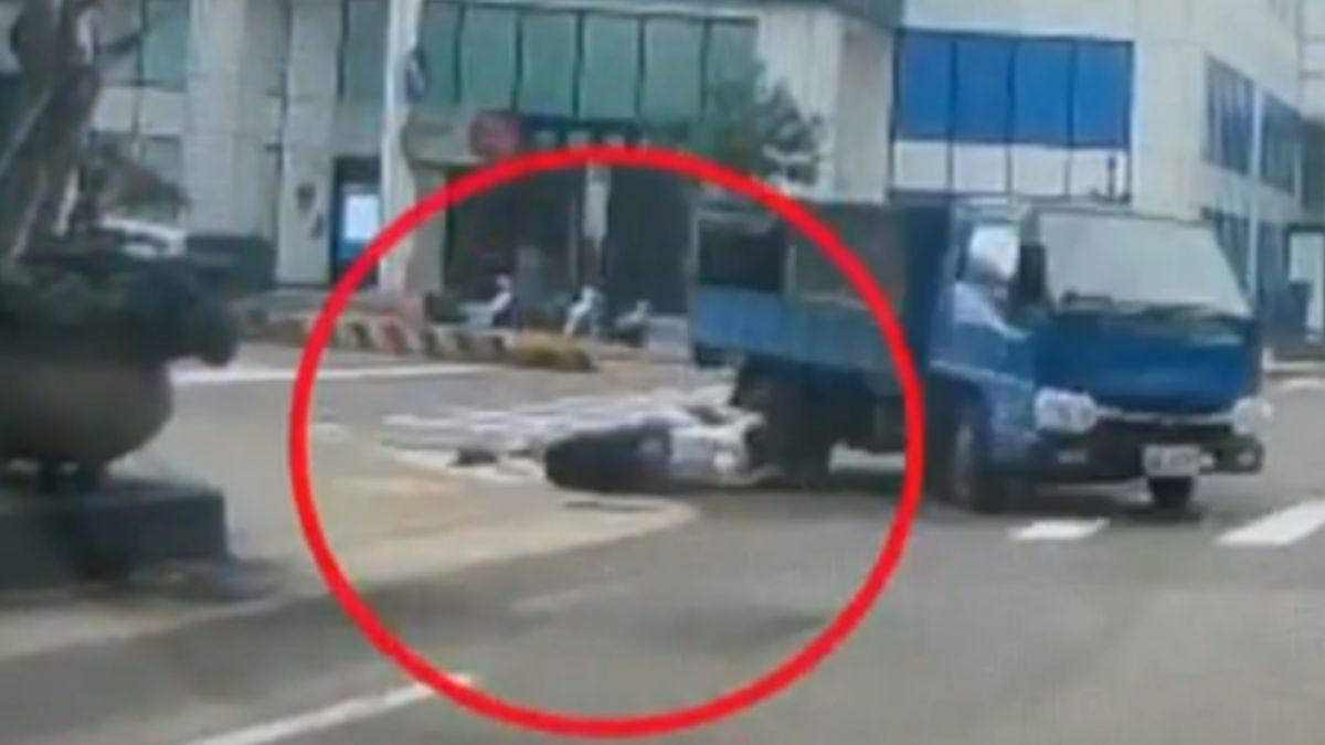 貨車右轉未打燈 減速撞機車 騎士遭拖行