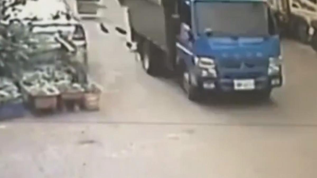 工人違規坐貨車車斗 不穩重摔 頭破命危