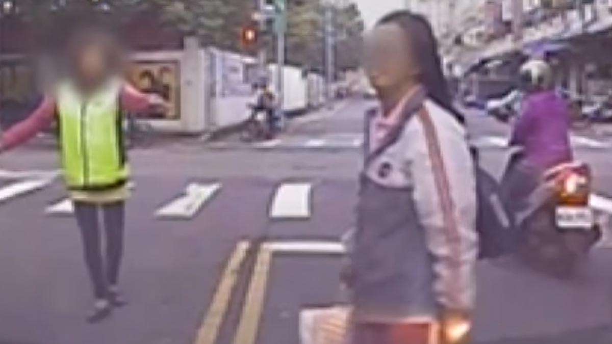 女學生橫越馬路看錯邊 一踏出竟害兩車追撞