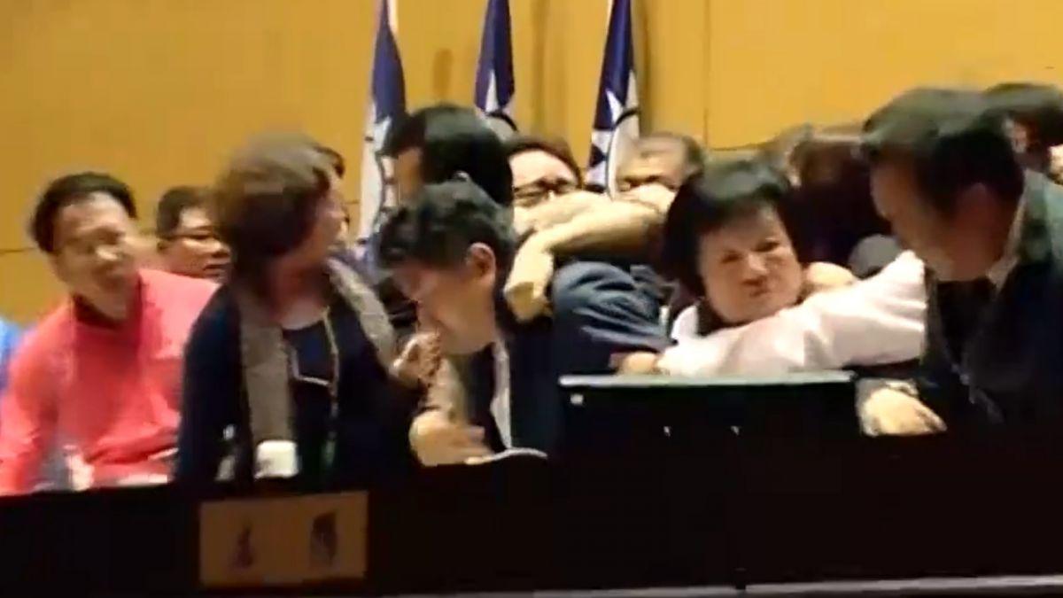 藍綠兩黨吵預算 議員站桌跺步宛如起乩