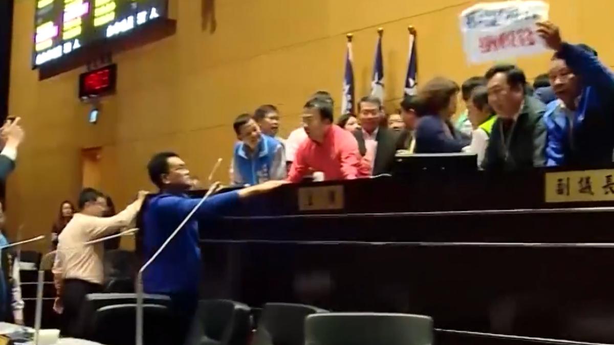 中市議會審預算 議員霸主席台上演鎖喉功