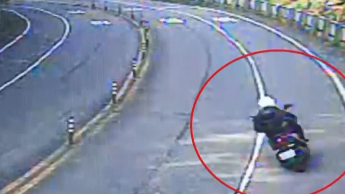 疑車速快過彎自撞!男大生摔落5公尺邊坡