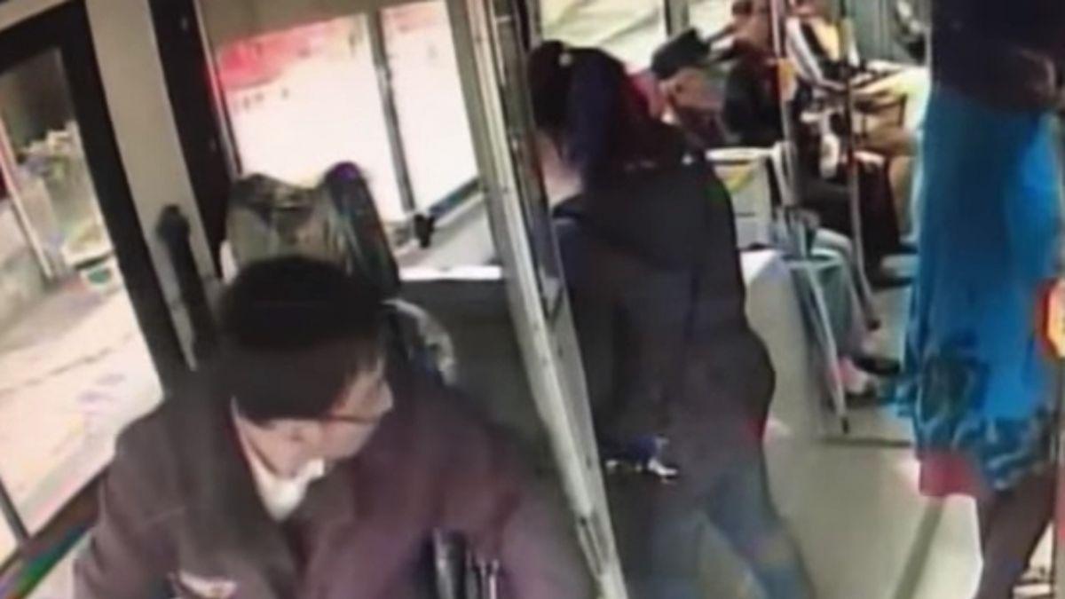 洗腎阿伯爆管血濺公車!司機、乘客分工救援…暖舉被讚爆