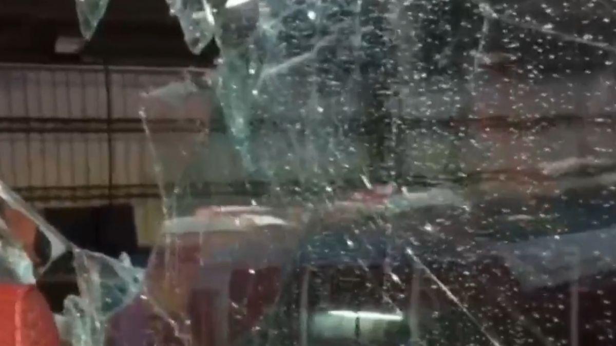 鐵架刺穿遊覽車玻璃 日籍男乘客肩傷送醫