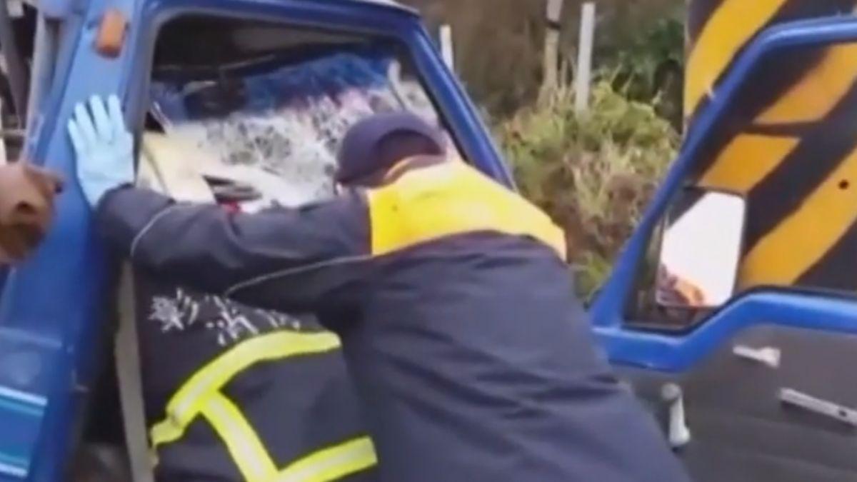 賣蔥貨車自撞電桿 駕駛頭部重傷不治