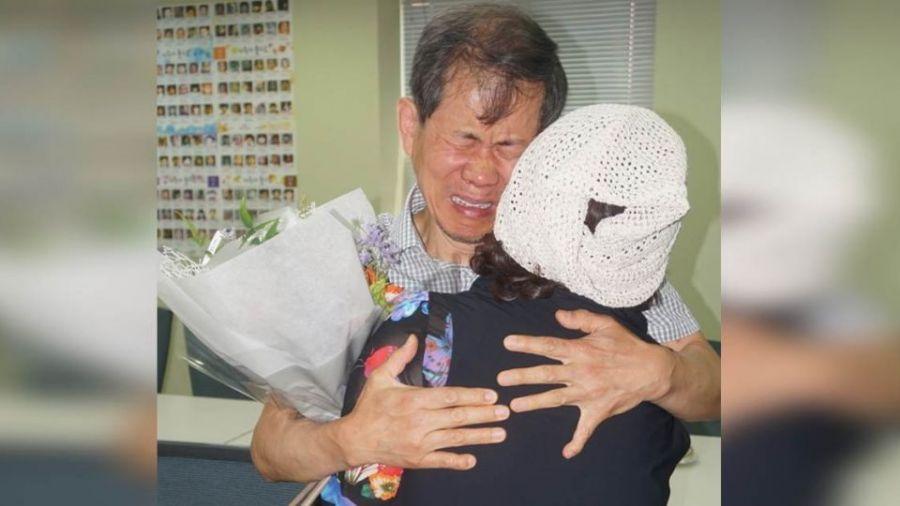 【好文回顧】失散52年!靠零食包裝兄妹重逢 相擁泣:媽,我找到妹妹了!
