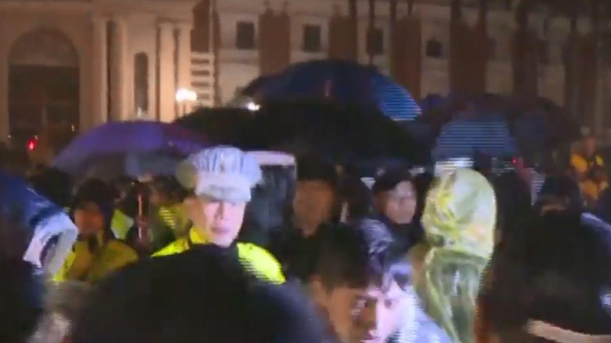 時力絕食落幕 立委搭雨棚抗議vs.警淋雨站崗