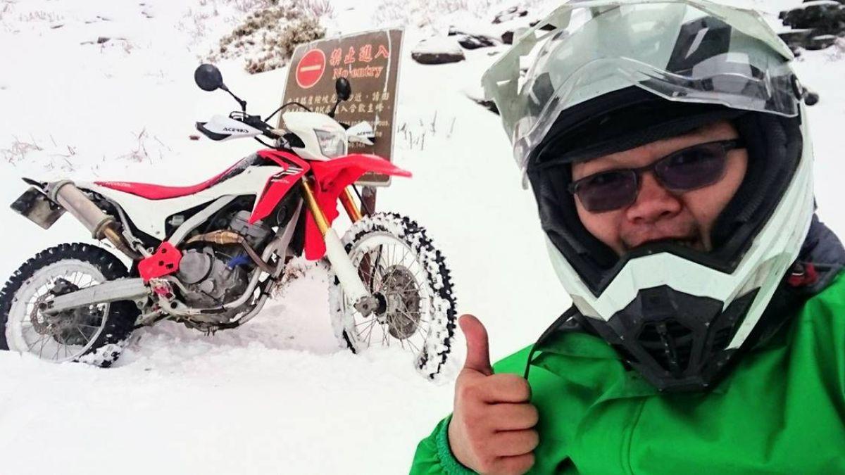 下雪也要送信!最強郵差騎越野車飆山 員警看呆狂拍照