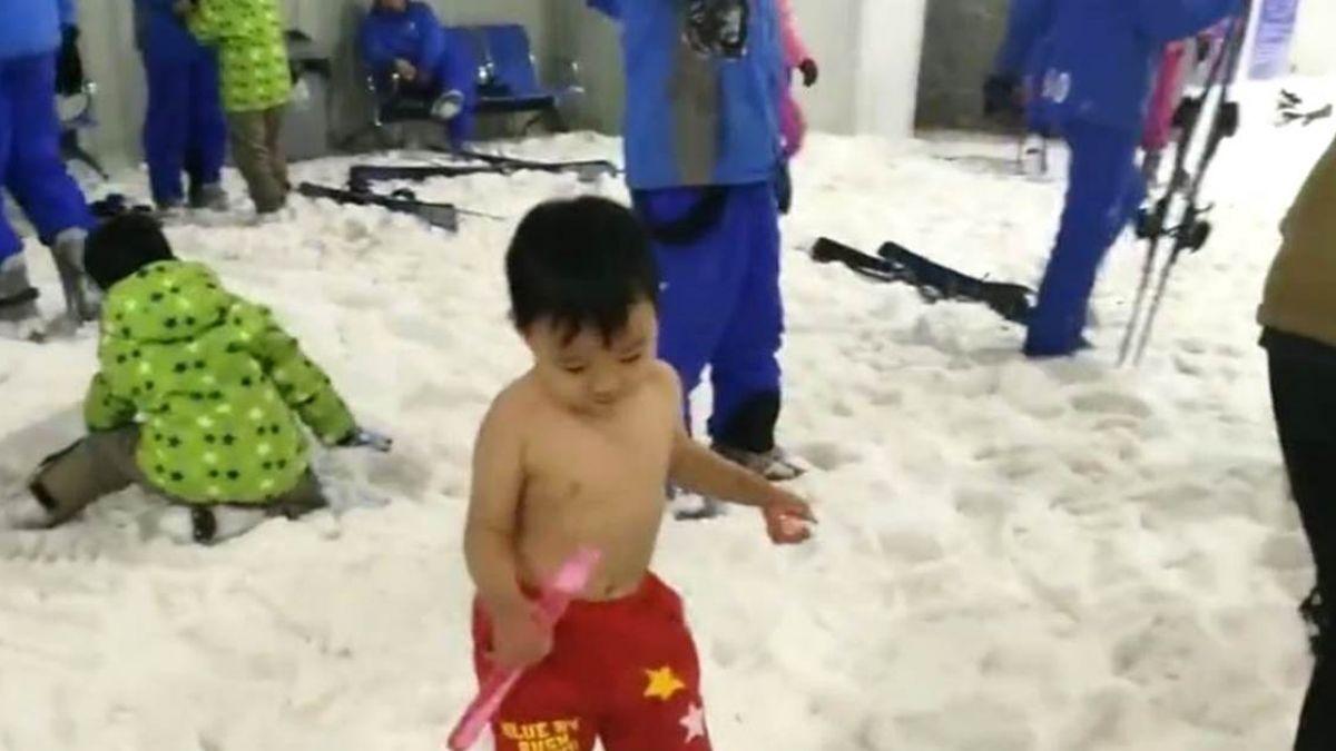 【影片】3歲火娃天生不怕冷!零下4度竟裸上身玩雪