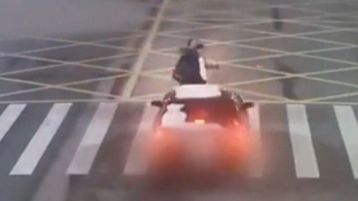 開車分心擦擋風玻璃 女駕駛失控撞3行人