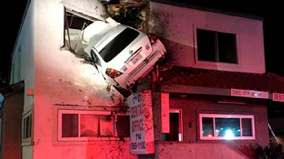 離奇!飆車撞分隔島 車子整台飛起來插進「診所二樓」