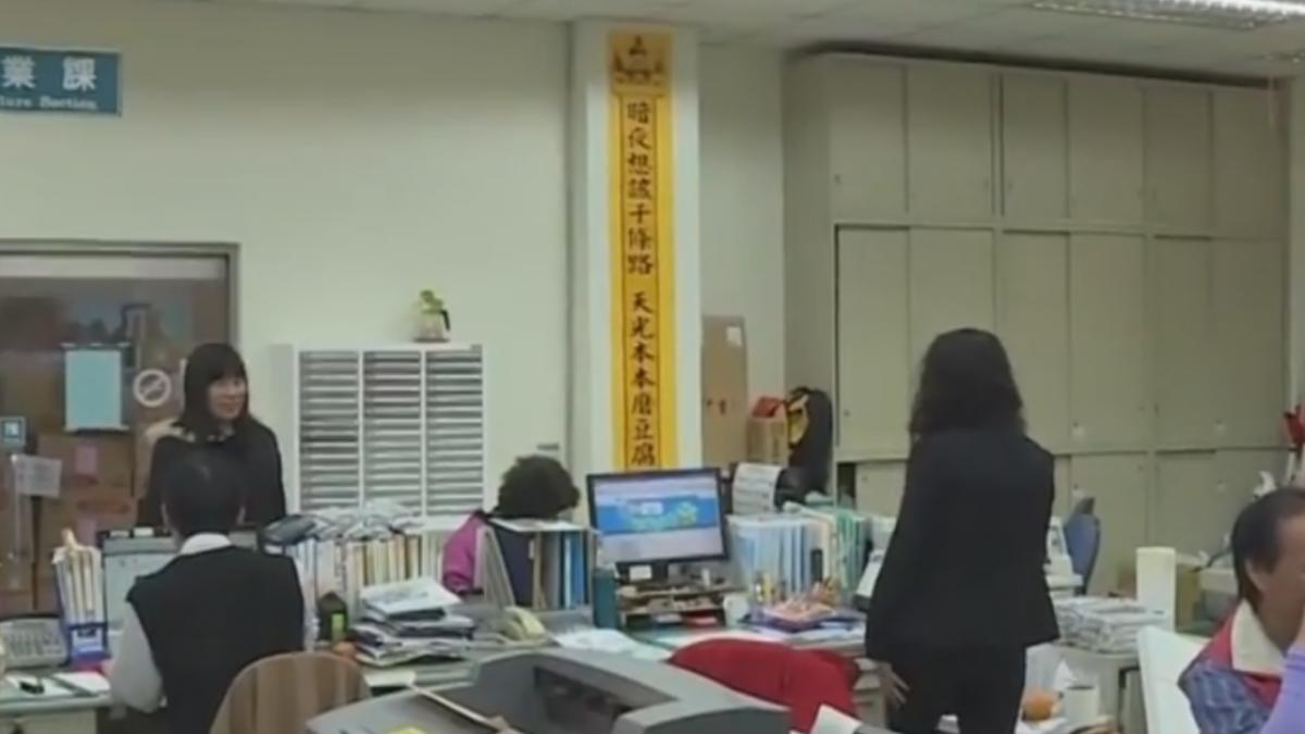 公所標語怪怪的 黃底黑字被笑「像法會會場」
