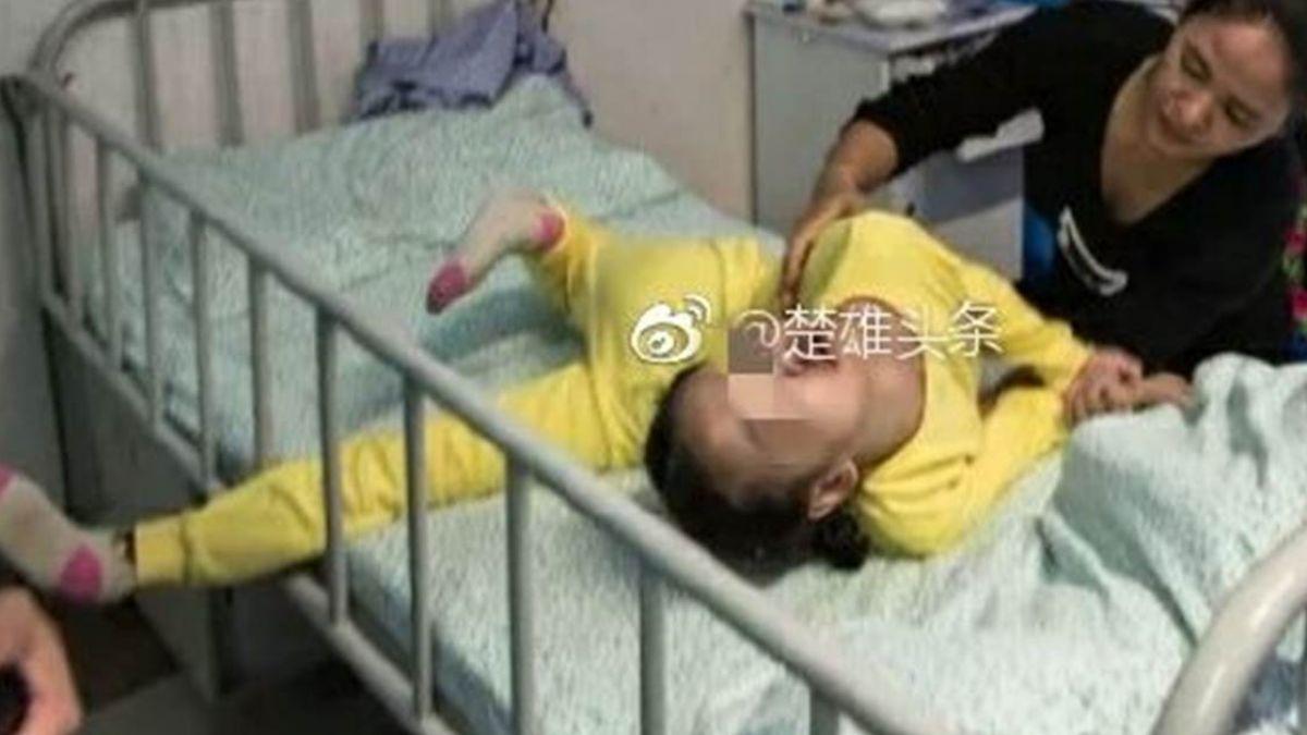8歲童怪病纏身蜷曲如蛇 無助哭喊:媽快救我!