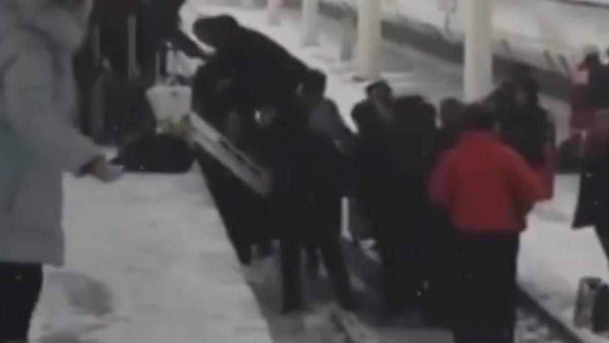陸高鐵車廂起火 1400人冒雪爬月台逃生